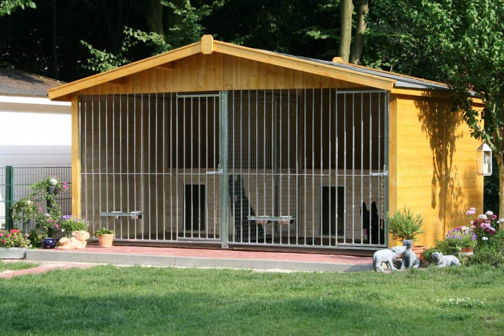 3 Seiten Massivholzdoppelzwinger Oslo mit Spitzdach und intregierten Hundehuetten_2 x 2.00 x 3.00 Meter