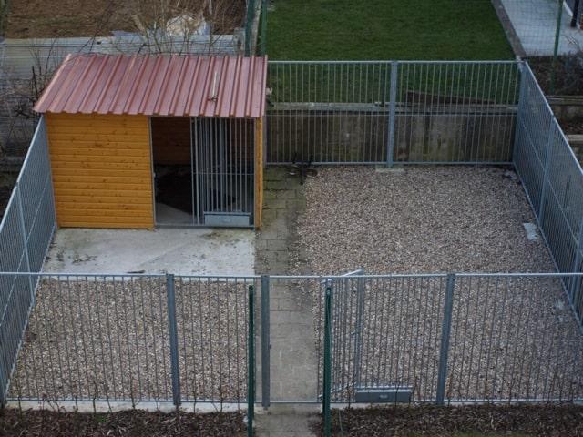 3 Seiten Massivholzzwinger Stockholm mit integriertem Schutzraum_Hundehuette_2.00 x 3.00 im Auslauf 7.00 x 6.00 Meter
