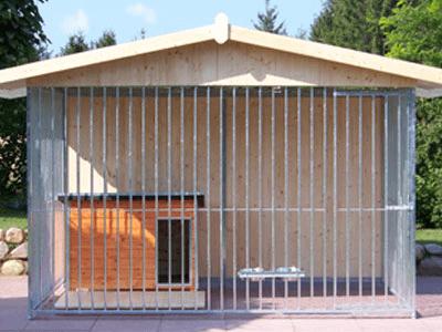 Rohrstabhundezwinger mit geschlossener Rückwand und Spitzdach
