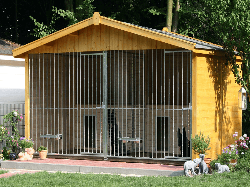 Massivholzdoppelzwinger Oslo mit integrierten Hundehütten