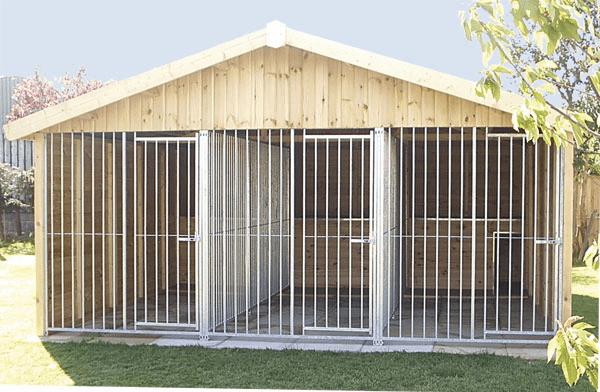 Dreifachzwinger mit integrierten Hundehütten