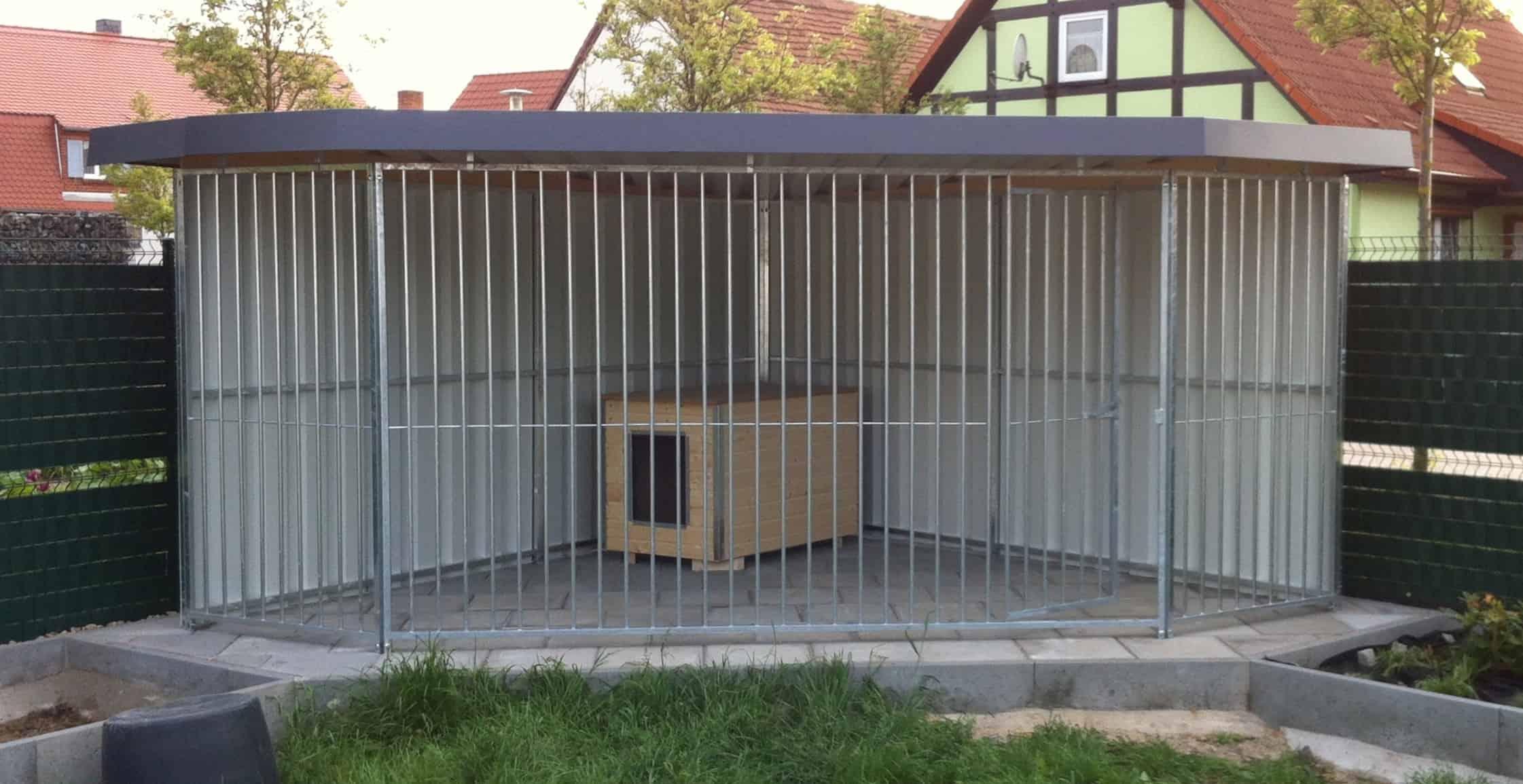 Trapez- Eckhundezwinger aus Rohrstabelementen und Trapezprofilverkleidung